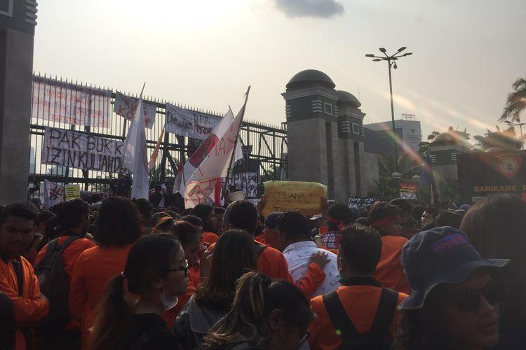 Kondisi Massa aksi di Depan Gedubg DPR RI, Jalan Gatot Subroto, Senin (23/9/2019).