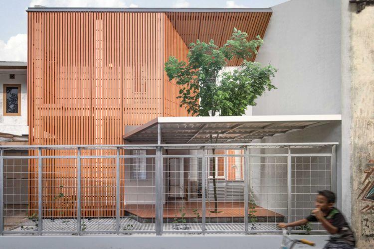 Fasad keren dari perpaduan elemen kayu sintentis, beton, dan besi