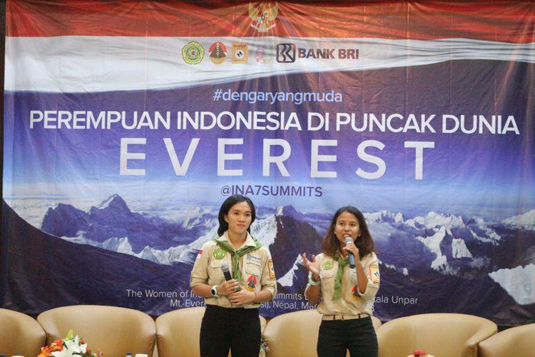 Dua pendaki perempuan dari organisasi Mahasiswa Pencinta Alam Universitas Katolik Parahyangan (Mahitala Unpar) Fransiska Dimitri Inkiriwang (24) (kiri) dan Mathilda Dwi Lestari (24) (kanan) memberikan sambutan dalam acara #DengaryangMuda di Sekretariat Negara, Jakarta, Kamis (29/3). Meraka adalah dua orang perempuan yang sedang dalam misi untuk mengibarkan bendera Merah Putih di puncak tertinggi di dunia, puncak Gunung Everest. Mereka Tergabung dalam tim The Women of Indonesias Seven Summits Expedition Mahitala Unpar (WISSEMU), Gunung Everest