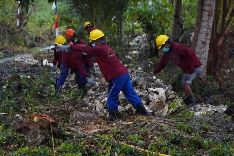 Sejumlah warga di wilayah Kabupaten Konawe Kepulauan mengikuti program padat karya pengerjaan pembukaan akses jalan menuju Menara Suat Tanjung Pemali selama 10 hari sejak Selasa (12/10/2021).