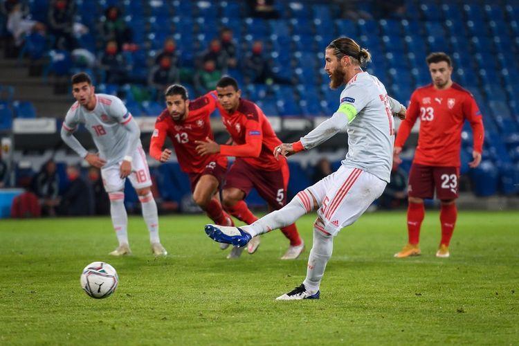 Bek Spanyol Sergio Ramos mengeksekusi penalti tetapi gagal dalam pertandingan bola UEFA Nations League Swiss vs Spanyol di Stadion St. Jakob-Park di Basel pada 14 November 2020.