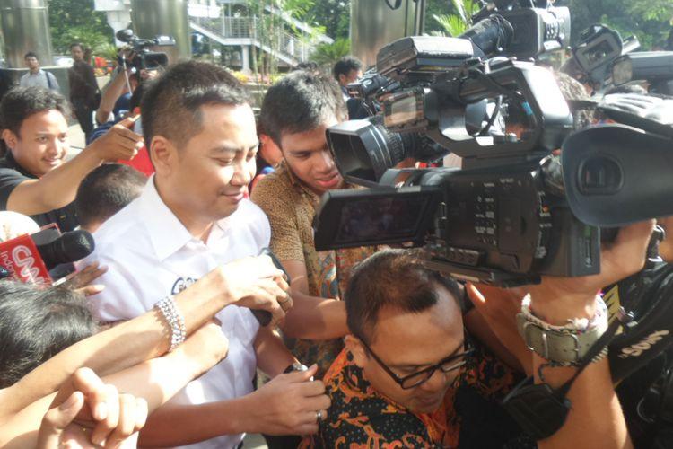 Politisi Partai Golkar Fayakhun Andriardi seusai diperiksa di Gedung KPK Jakarta, Selasa (25/4/2017).