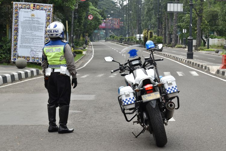 Satlantas Polrestabes Bandung melakukan sistem buka tutup beberapa ruas jalan protokol di Kota Bandung beberapa waktu lalu.