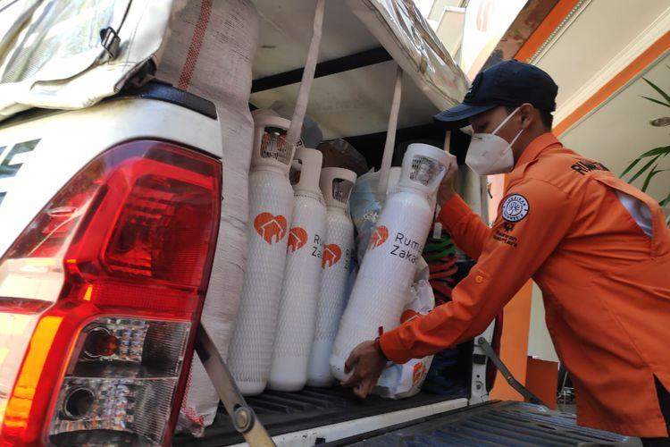Petugas Rumah Zakat sedang menyiapkan tabung oksigen gratis untuk membantu warga terpapar Covid-19 yang sedang isolasi mandiri dan membutuhkan oksigen.