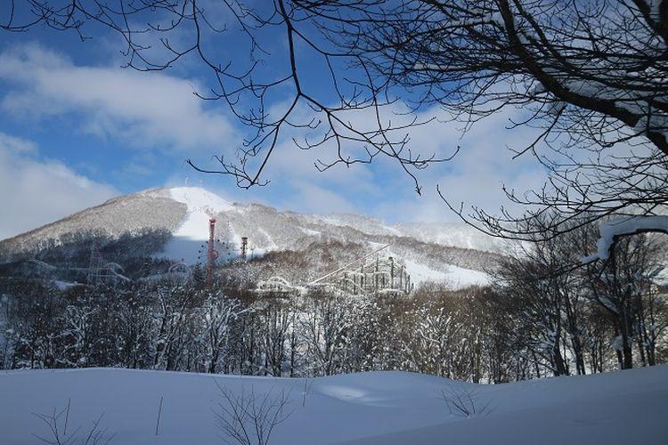 Pemandangan Gunung Yotei dilihat dari area Rusutsu Ski Resort, Kota Rusutsu, Prefektur Hokkaido, Jepang, Kamis (14/2/2019). Di Rusutsu, wisatawan bisa mencoba aktivitas unik ketika musim dingin seperti snowboarding, ataupun ski.