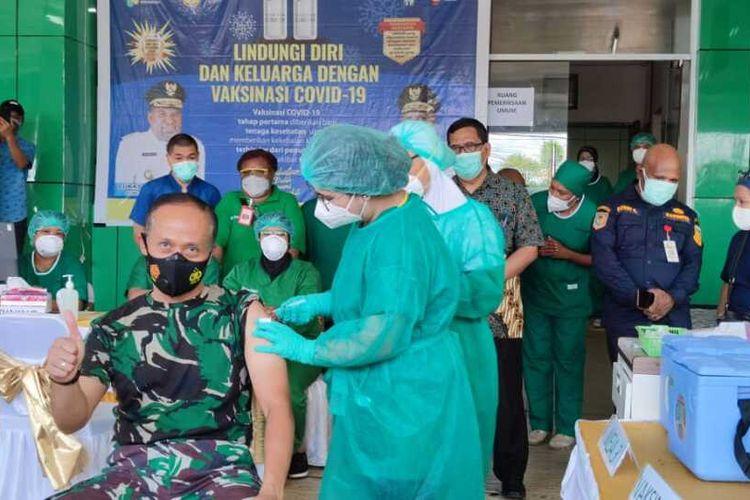 Pangdam XVII/Cenderawasih, Mayjen Ignatius Yogo Triyono tengah disuntik vaksin covid-19 di RSUD Jayapura, Papua, Jumat (15/1/2021)