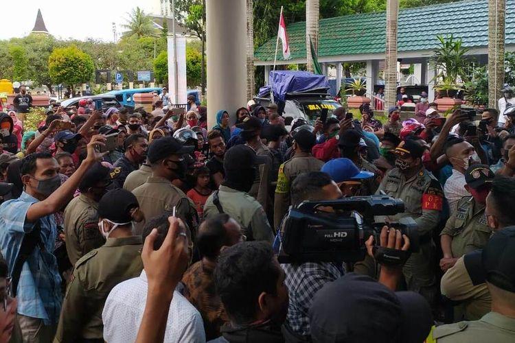 Ratusan Pedagang Kaki Lima (PKL) Pasar Mardika Ambon menggelar aksi unjuk rasa memprotes kebijakan Pembatasan Kegiatan Masyarakat (PKM) dan Peraturan Wali Kota Ambon Nomor 16 Tahun 2020 di depan Kantor Wali Kota Ambon, Senin (14/6/2020).