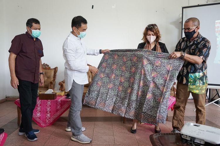Wali Kota Salatiga Yuliyanto menyerahkan cinderamata kepada Founder Indonesia Gastronomy Network Vita Datau
