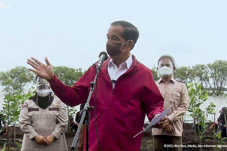 Foto tangkapan layar YouTube Sekretariat Presiden: Presiden Joko Widodo melakukan penanaman pohon mangrove di Pantai Wisata Raja Kecik, Kabupaten Bengkalis, Riau, Selasa (28/9/2021).