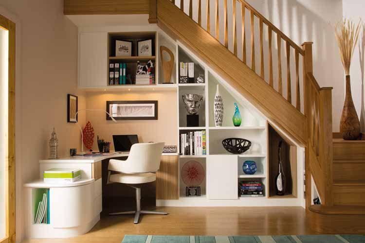 Ruang kerja di bawah tangga bikin rumah jadi lapang.