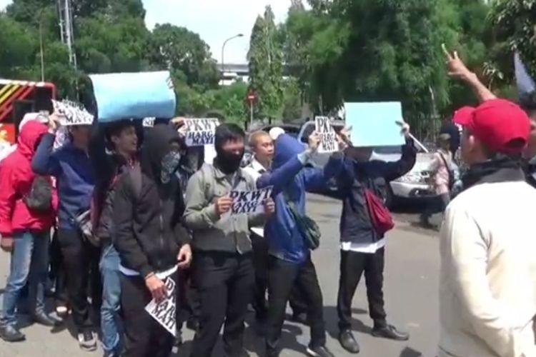Para pegawai magang unjuk rasa di depan Kantor PT Transportasi Jakarta (Transjakarta), Cawang, Jakarta Timur, Senin (27/1/2020).