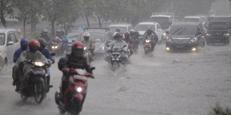 Tergenang air - Genangan air terjadi saat hujan melanda di kawasan Slipi, Jakarta, beberapa waktu lalu