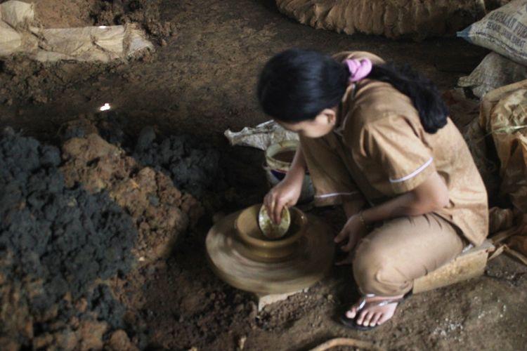 Rani Anjani (22), gadis asal Cianjur, Jawa Barat, saat mengerjakan proses pembuatan cobek. Rani bertekad meneruskan usaha keluarganhya yang diwariskan secara turun temurun ini.