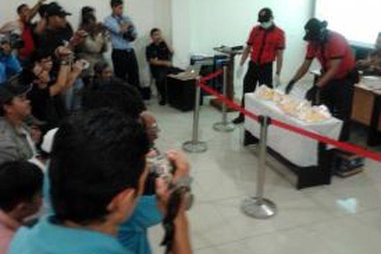 NV, 42 tahun, warga negara Vietnam, tengah dibawa Petugas Customs Narcotic Team (CNT) Bea dan Cukai Balikpapan tak lama usai penangkapan. CNT tengah memperagakan uji memastikan bahwa barang yang  dibawa NV adalah Shabu. CNT menyita lebih dari 4 Kilogram Shabu dari bawaan NV. (K71-12)