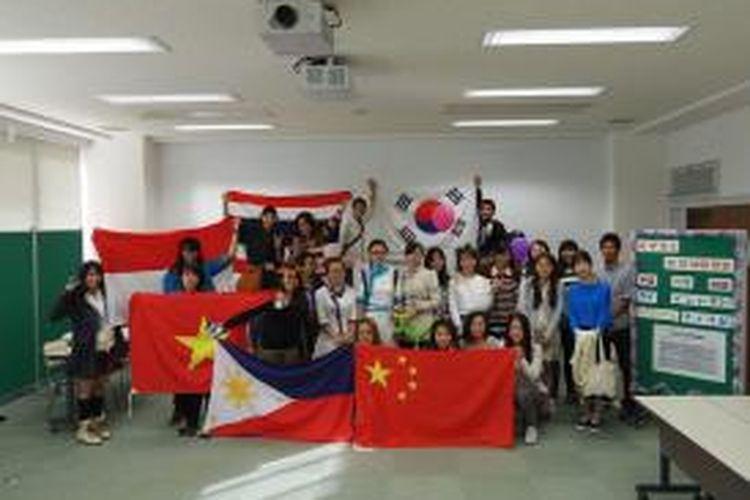Untuk melatih mahasiswa sebagai professional dunia, disediakan program kerja sama dengan perguruan tinggi asing seperti di Cina, Korea, Thailand, Vietnam, Amerika dan berbagai negara lainnya.
