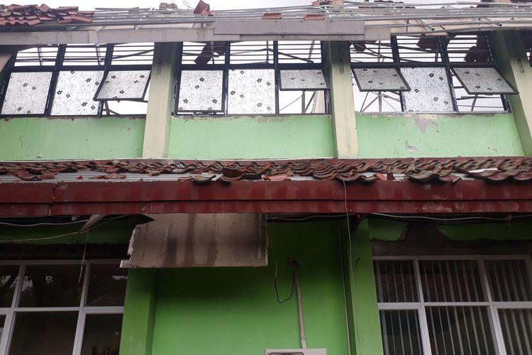 Bangunan delapan ruang kelas SMKN 24 Jakarta rusak berat, Jumat (21/2/2020).