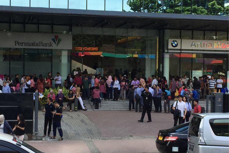 Karyawan di gedung perkantoran kawasan Jalan Jenderal Sudirman, Jakarta Pusat, masih menunggu kondisi aman setelah Jakarta dilanda gempa pada Selasa (23/1/2018) siang. BMKG menginformasikan, titik gempa berada di Lebak, Banten, dengan kekuatan 6,4 skala ritcher.