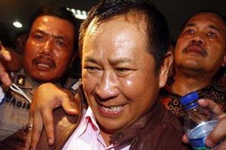 Mantan Kabareskrim, Komjen Pol Susno Duadji usai menjalani pemeriksaan internal oleh Divisi Profesi dan Pengamanan (Propam) di Mabes Polri, Jakarta Selatan, Senin (12/4/2010) malam. Sore sebelumnya Susno ditangkap di Bandara Soekarno-Hatta saat akan berobat ke Singapura.