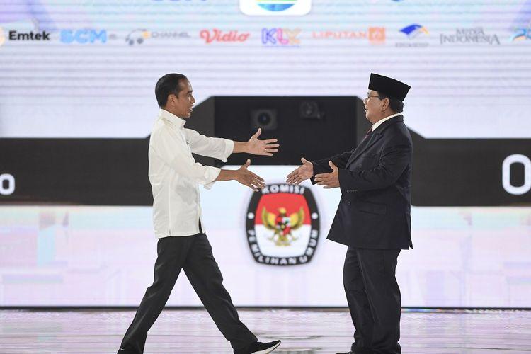 Capres nomor urut 01 Joko Widodo (kiri) dan capres nomor urut 02 Prabowo Subianto berjabat tangan saat mengikuti debat capres putaran keempat di Hotel Shangri La, Jakarta, Sabtu (30/3/2019). Debat itu mengangkat tema Ideologi, Pemerintahan, Pertahanan dan Keamanan, serta Hubungan Internasional. ANTARA FOTO/Hafidz Mubarak A/foc.