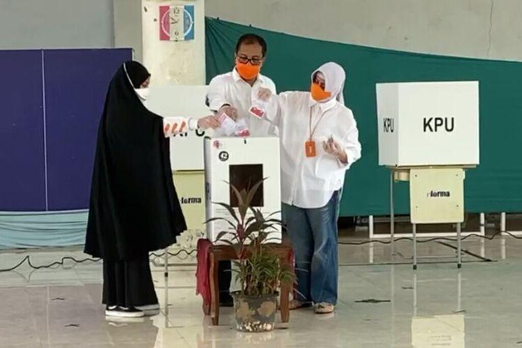 Calon Wali Kota Makassar, Mohammad Ramdhan Pomanto (Danny Pomanto) bersama istrinya, Indira Jusuf Ismail, dan putriya Aura Imandara telah mencoblos di TPS 001 Kelurahan Maricaya Selatan, Kec. Mamajang, yang jaraknya 50 meter dari kediamannya, Jalan Amirullah, Rabu (9/12/2020).