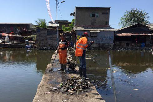 Pasukan Oranye Angkut 147 Ton Eceng Gondok dan Sampah di Kampung Apung