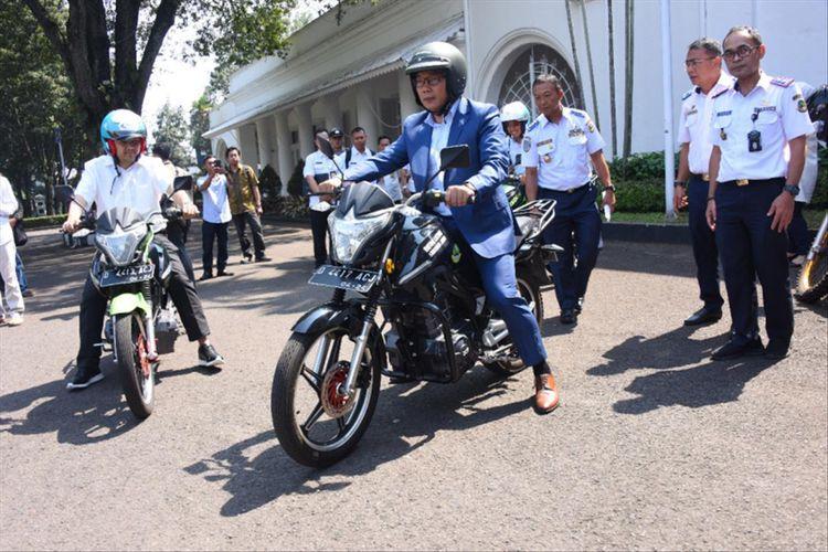 Gubernur Jawa Barat Ridwan Kamil saat mencoba motor listrik buatan PT Arindo Pratama di Gedung Pakuan, Jalan Otista, Rabu (3/7/2019)