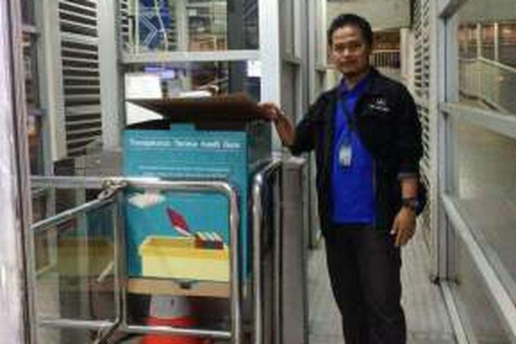 Kotak untuk sumbangan buku bekas yang diletakan di salah satu Halte Transjakarta. PT Transportasi Jakarta mengajak warga masyarakat untuk menyumbangkan buku-buku bekas. Kegiatan ini dilakukan untuk memperingati Hari Guru yang jatuh pada Jumat (25/11/2016) pekan lalu.