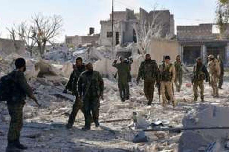 Pasukan pro-pemerintah berjalan di distrik Hanano, Aleppo timur, yang mereka duduki pada Sabtu (26/11/2016).