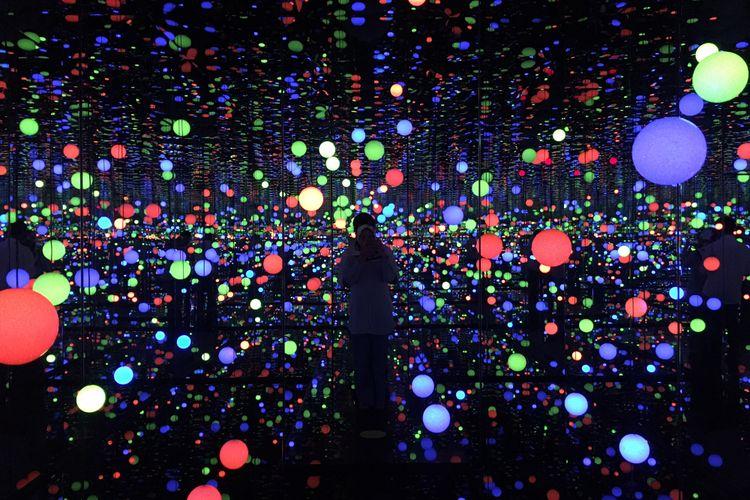 Infinity Mirrored Room – Brilliance of The Souls dalam pameran seni Yayoi Kusama: Life Is The Heart of A Rainbow pada 12 Mei-9 September 2018 di Museum MACAN, Jakarta, Rabu (9/5/2018).