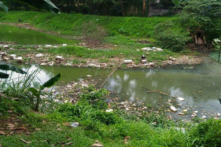 Banyak sampah mengotori Situ Gintung di Cirendeu, Ciputat Timur, Tangerang Selatan. Foto diambil Senin (19/2/2018).
