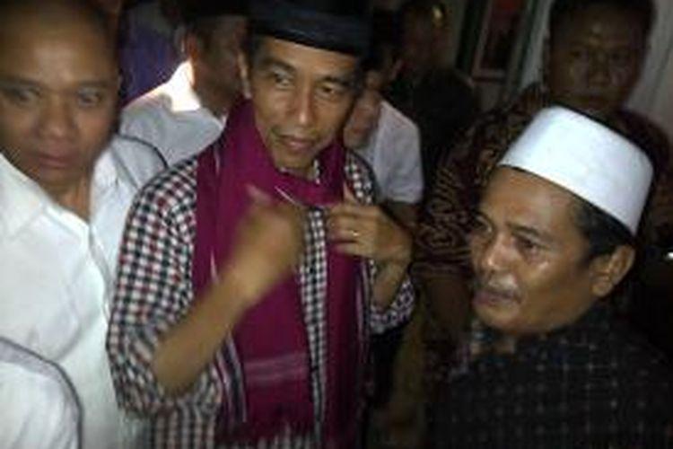 Jokowi di Ponpes Babussalam Kabupaten Malang, Jawa Timur, Jumat (27/6/2014) malam, saat dihadiahi sorban dari pengasuh Ponpes Babussalam, KH Thoriq.