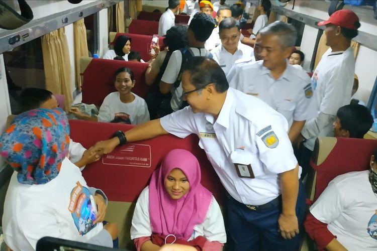 Direktur Utama PT KAI Edi Sukmoro menyapa para pemudik gratis di KA Brantas Lebaran, Stasiun Pasar Senen Jakarta Pusat, Minggu (26/5/2019) sore.