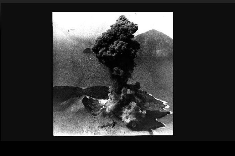 Peringatan 120 Tahun Letusan Krakatau. Gelombang yang datang tiga kali itu tingginya mencapai langit dan suaranya bergemuruh. Begitulah yang dipaparkan Datuk Kriya Puyimbang, putra Datuk Ali Batin Jenggot. Datuk Ali adalah saksi hidup bencana gelombang pasang tsunami yang disebabkan oleh letusan Gunung Krakatau.