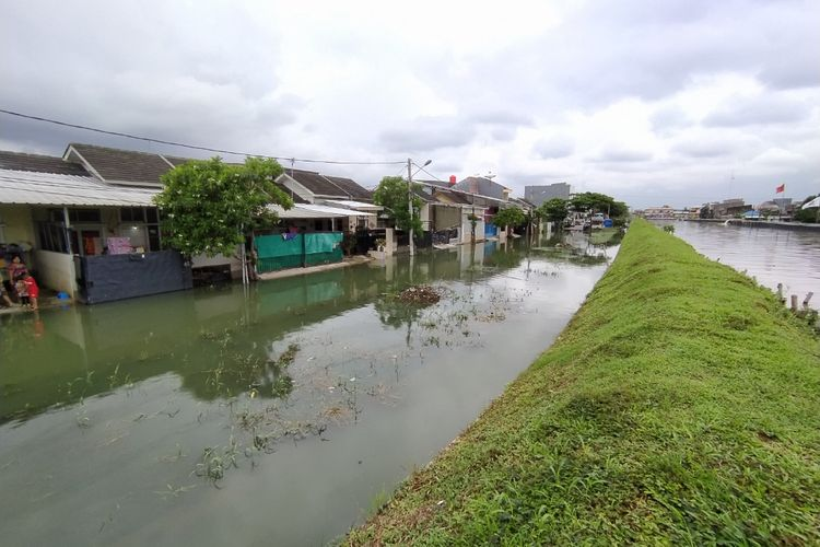 Tanggul yang memisahkan antara pemukiman warga dan Kali Leduk yang terletak di Kelurahan Gebang Raya, Kecamatan Periuk, Kota Tangerang, Banten. Tanggul itu sempat jebol sepanjang 7 meter akibat intensitas hujan tinggi pada Kamis (18/2/2021) kemarin.