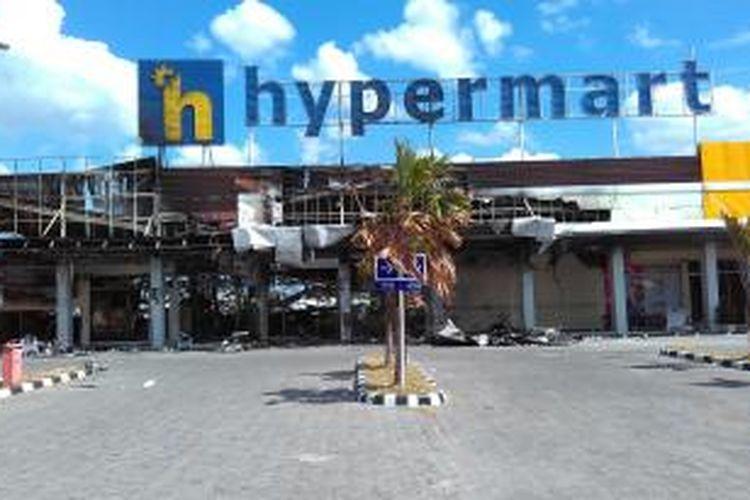 Hypermart di Kota Mataram setelah terbakar.