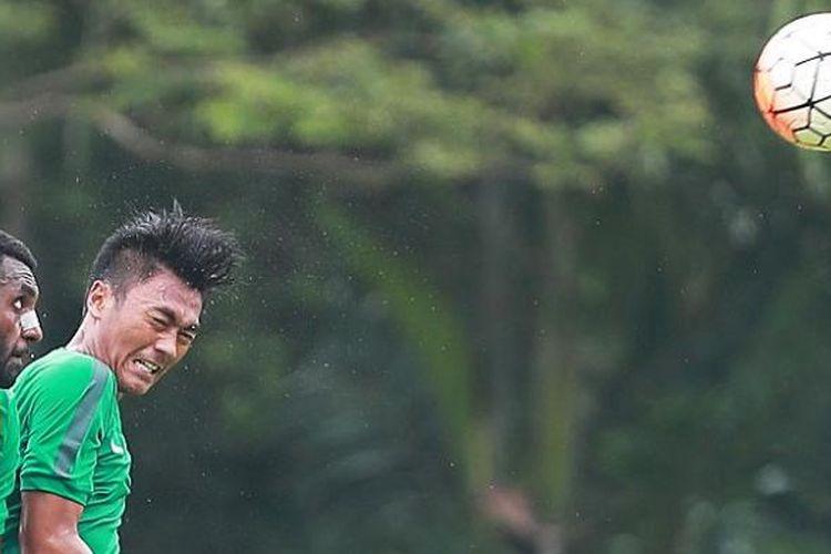 Aksi Yanto Basna saat mengikuti  tahap kedua tim nasional Indonesia U-22 di Lapangan Sekolah Pelita Harapan (SPH), Karawaci, Tangerang, Banten, Selasa (28/2/2017).