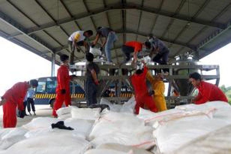 Petugas memasukkan NaCL (garam dapur yang diolah menjadi tepung) untuk disebarkan dalam awan sebagai operasi modifikasi cuaca di Lanud Halim Perdanakusuma, Jakarta, Selasa (14/1/2014). Pemerintah Provinsi DKI Jakarta bekerja sama dengan Badan Nasional Penanggulangan Bencana dan Badan Pengkajian dan Penerapan Teknologi akan mulai melakukan modifikasi cuaca dalam rangka mengurangi curah hujan di wilayah Bogor dan DKI Jakarta. Hal tersebut dilakukan dalam rangka mengantisipasi terjadinya banjir yang lebih besar di wilayah Jakarta.