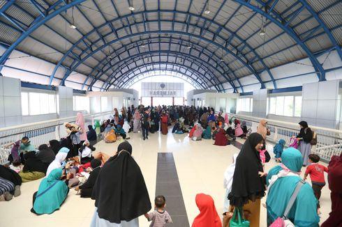 Perempuan Massa Aksi 299 Beristirahat di Stasiun Palmerah