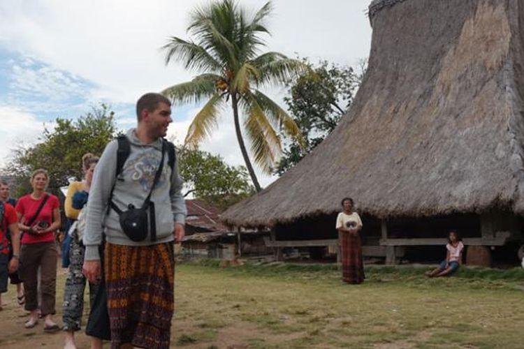 Wisatawan asing di rumah adat Flores di Desa Jopu, Kecamatan Wolowaru, Kabupaten Ende, Nusa Tenggara Timur, Selasa (2/6/2015).