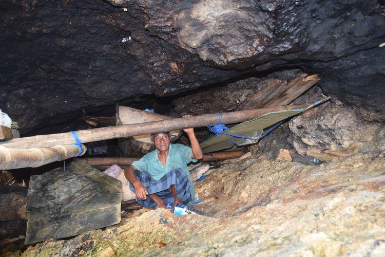 Setiap hari La Udu beraktivitas di sekitar gua tempat tinggalnya selama 10 tahun. La Udu duduk ditepi tempat tidurnya, Selasa (4/2/2020).