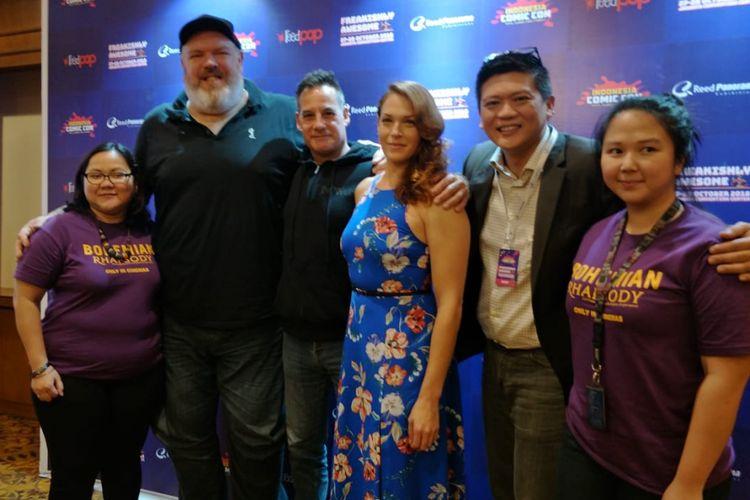 Kristian Nairn (kedua dari kiri), pemeran Hodor dalam seri TV Game of Thrones, Adrian Pasdar (ketiga dari kiri), bintang seri Heroes, dan Amanda Righetti (ketiga dari kanan), pemain seri The OC, berfoto bersama pihak penyelenggara Indonesia Comic Con 2018, di The Hotel Sultan, Jakarta Selatan, Jumat (26/10/2018).