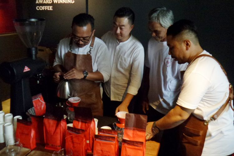 Master Roaster Tanamera Coffee John Lee (kedua dari kiri) saat menjelaskan mengenai kopi pada konferensi pers ulang tahun kelima Tanamera Coffee di gerai Kemang, Jakarta Selatan, Kamis (24/1/2019).