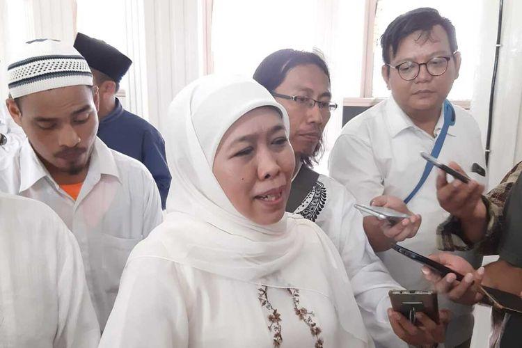 Gubernur Jatim Khofifah Indar Parawansa usai meresmikam masjid Muayyad Di kecamatan Wonocolo Surabaya, Minggu (26/1/2020).