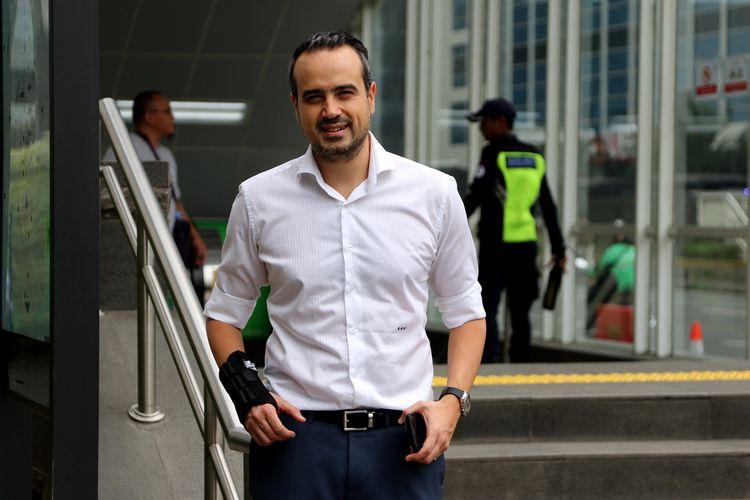 Country Leader and General Manager for Signify Indonesia Rami Hajjar berpose sebelum masuk dan menggunakan transportasi massal MRT di Stasiun Bundaran HI, Jakarta, Senin (2/12/2019).