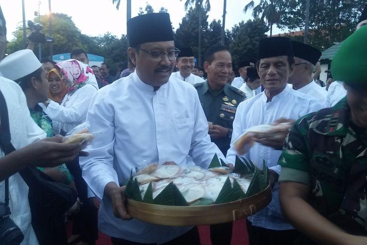 Wagub Jatim Saifullah Yusuf membagi-bagikan kue apem sambut Ramadhan