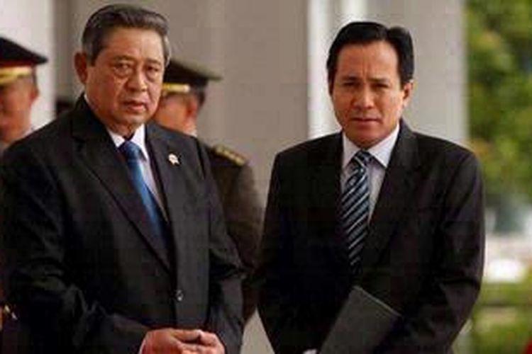 Presiden Republik Indonesia Susilo Bambang Yudhoyono (kiri) berbincang dengan Juru Bicara Kepresidenan Julian Aldrin Pasha