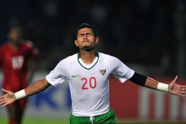 Bambang Pamungkas merayakan golnya selama pertandingan sepakbola AFF Suzuki Cup melawan Kamboja di Jakarta