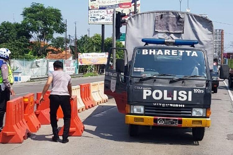 Polisi menyekat akses masuk kendaraan dari Kabupaten Brebes diarahkan melalui Jalingkut untuk menuju arah Pemalang saat pemberlakuan PPKM Darurat di Kota Tegal, Sabtu (3/7/2021).