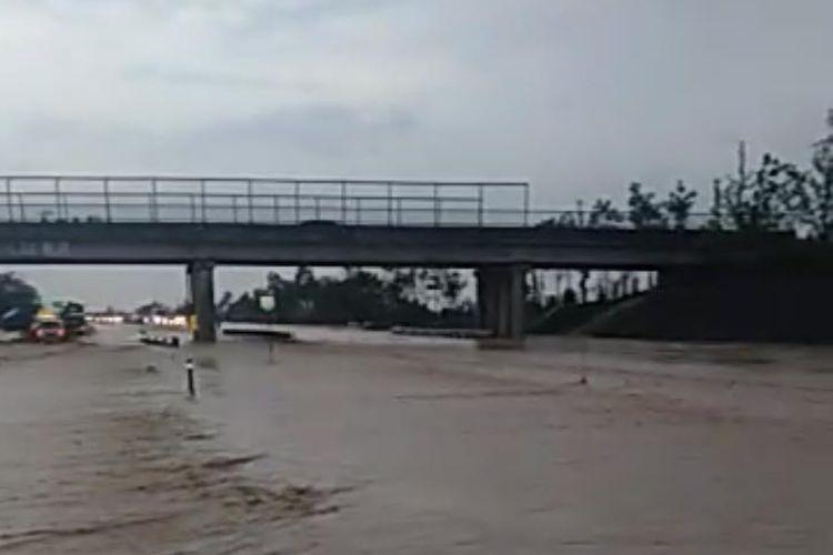 Kondisi Tol Cikopo-Palimanan (Cipali) KM 136.200 pada Selasa (31/12/2019).