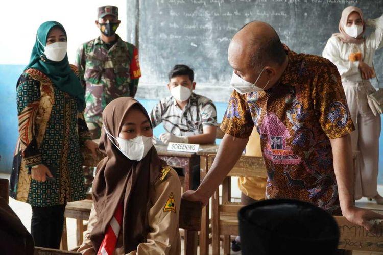 Bupati Jepara Dian Kristiandi saat meninjau vaksinasi di MTs dan MA Safinatul Huda 02 di Desa Kemujan, Kecamatan Karimunjawa, Sabtu (11/9/2021).